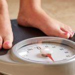 اندازه گیری وزن خودتان چندین بار در روز می تواند به کاهش وزن کمک کند